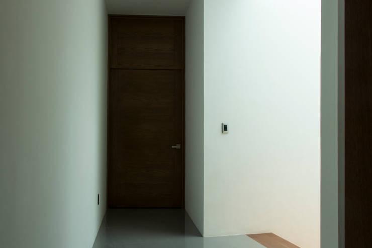 Casas Trapecio: Pasillos y recibidores de estilo  por INDICO