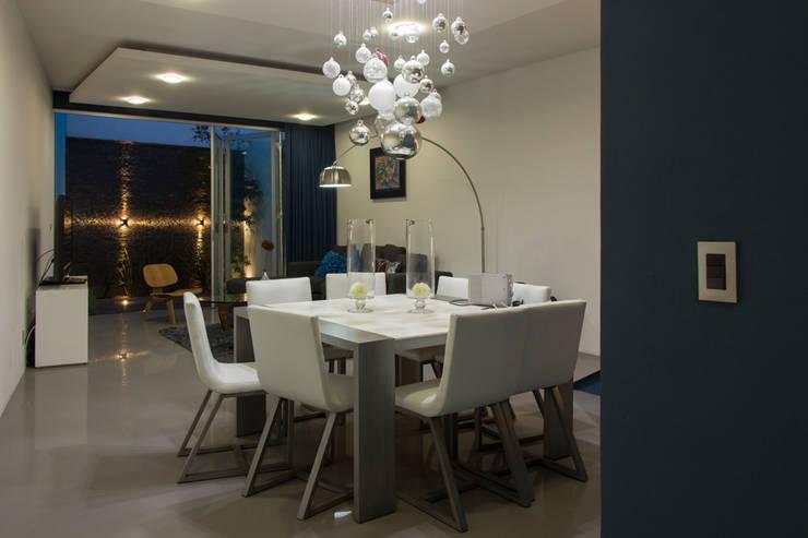 Casas Trapecio: Comedores de estilo  por INDICO