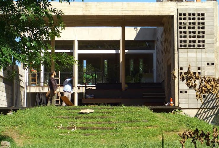 Projekty,  Domy zaprojektowane przez Rr+a  bureau de arquitectos - La Plata