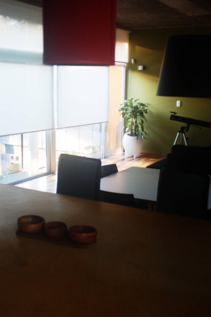 Projekty,  Salon zaprojektowane przez Rr+a  bureau de arquitectos - La Plata