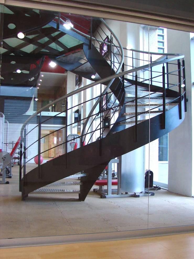 Escaleras: Gimnasios de estilo  por SANTIAGO PARDO ARQUITECTO
