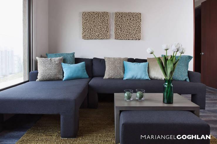 Estar familiar: Salas multimedia de estilo  por MARIANGEL COGHLAN