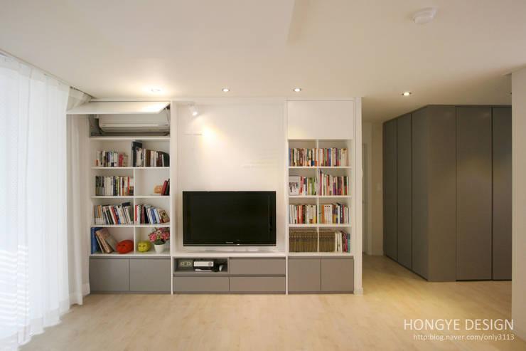 거실의 서재화 , 은혜로운 집 _ 25py: 홍예디자인의  거실