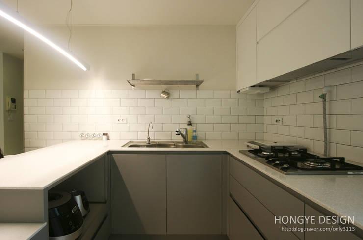 거실의 서재화 , 은혜로운 집 _ 25py: 홍예디자인의  주방