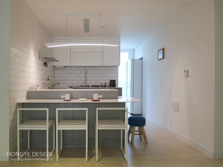 moderne Küche von 홍예디자인