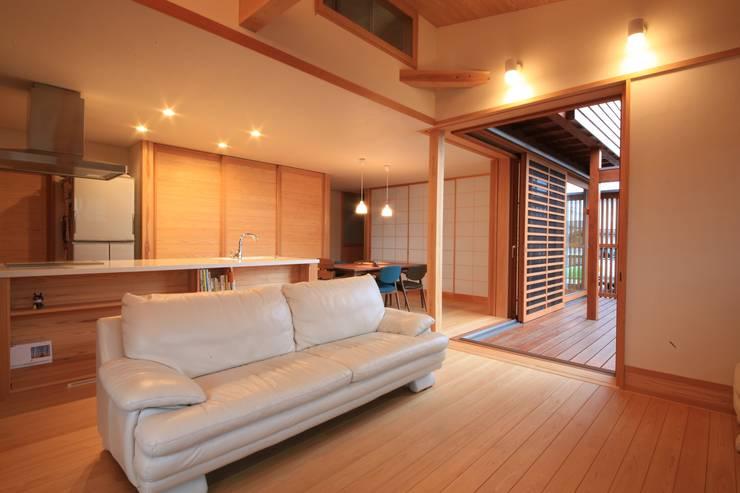 「Lがつなぐ家」 群馬県前橋市 オリジナルデザインの リビング の 田村建築設計工房 オリジナル