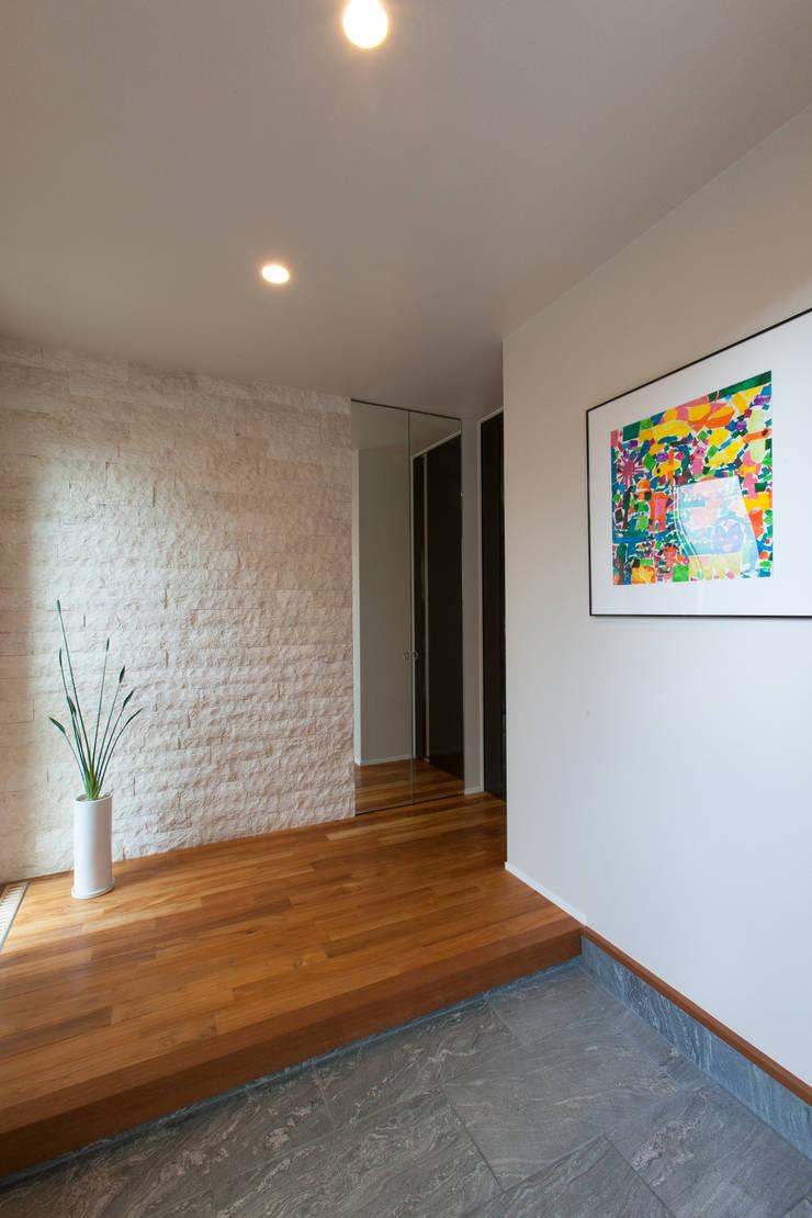 河内長野の家: 株式会社 atelier waonが手掛けた廊下 & 玄関です。