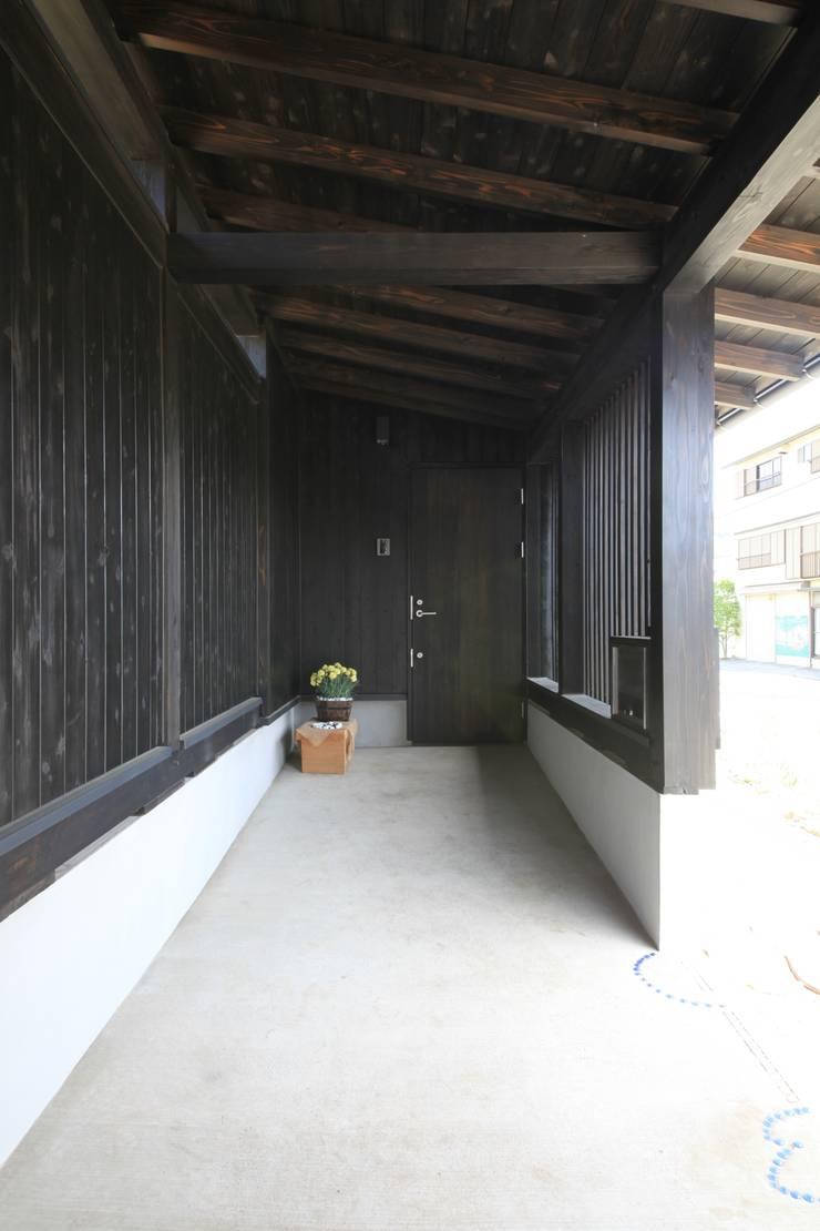 薪ストーブの家  群馬県 中之条町: 田村建築設計工房が手掛けた廊下 & 玄関です。