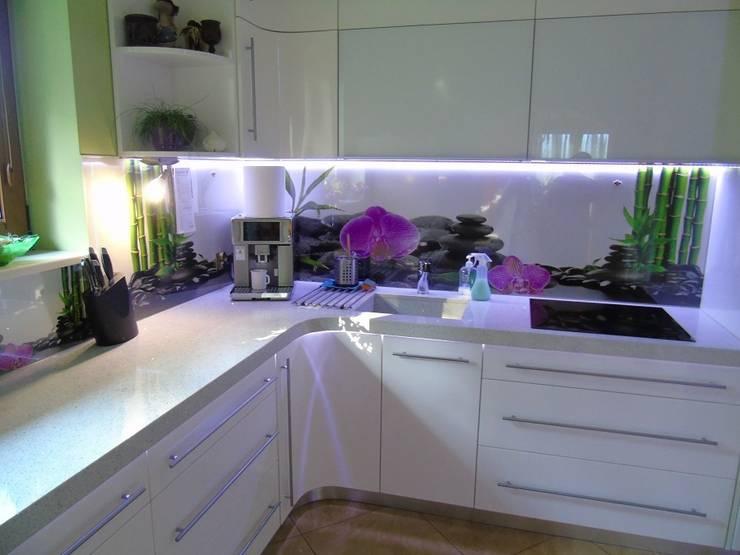 Białe blaty kuchenne z konglomeratu kwarcowego : styl , w kategorii Kuchnia zaprojektowany przez Merkam  - Łódź ul. Św. Jerzego 9