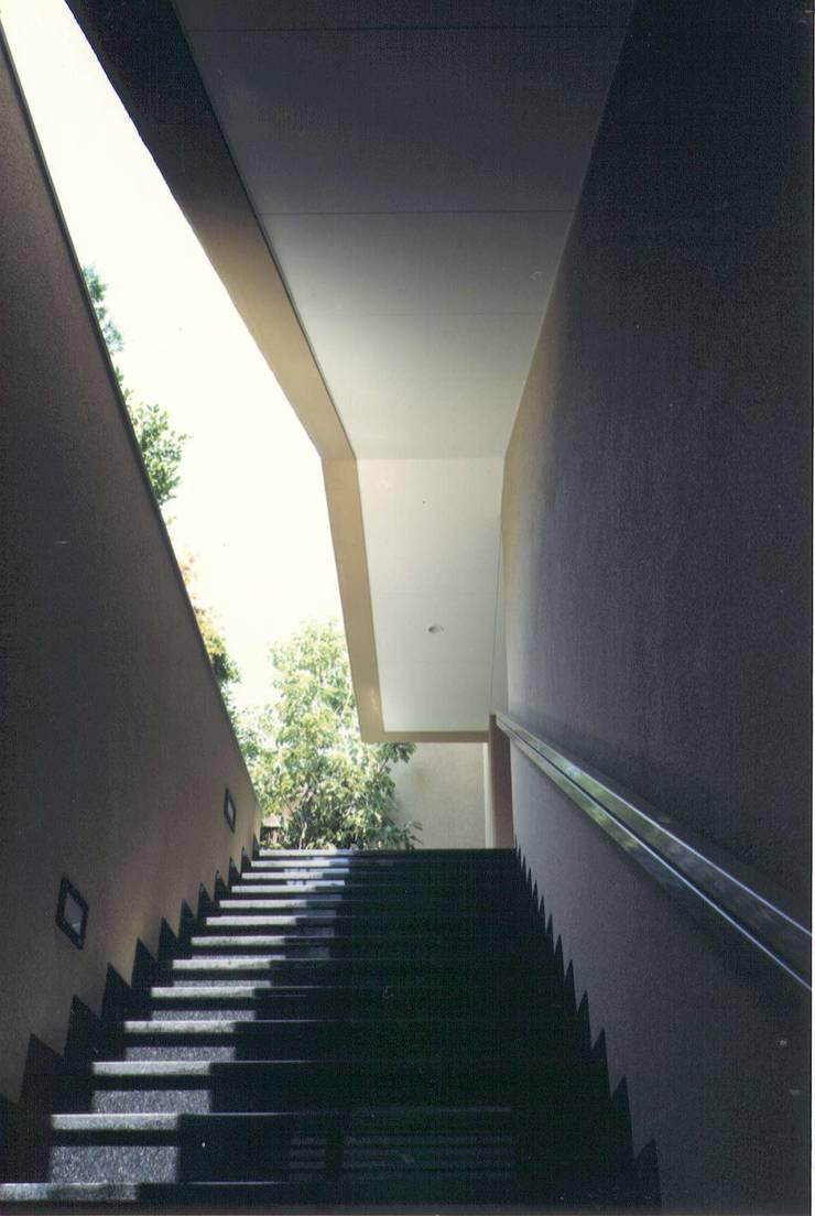 大浦邸: 株式会社 高井義和建築設計事務所が手掛けた廊下 & 玄関です。