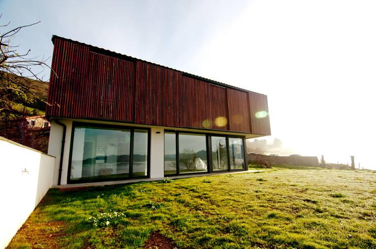 Vivienda en la falda del Naranco: Casas de estilo rural de RUBIO · BILBAO ARQUITECTOS