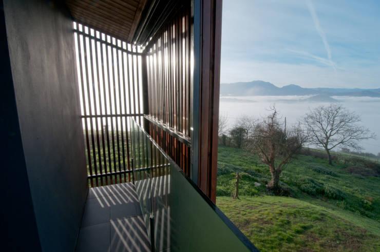 Vivienda en la falda del Naranco: Terrazas de estilo  de RUBIO · BILBAO ARQUITECTOS