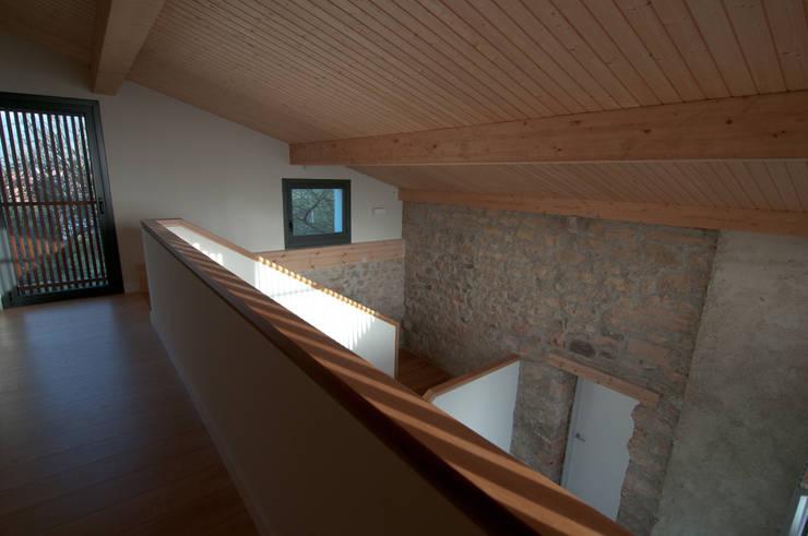 Corredores e halls de entrada  por RUBIO · BILBAO ARQUITECTOS