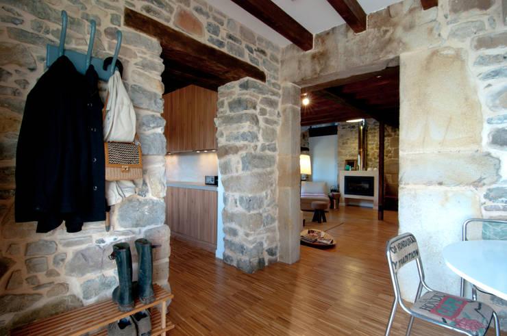 Vivienda en Vega de Selorio: Pasillos y vestíbulos de estilo  de RUBIO · BILBAO ARQUITECTOS