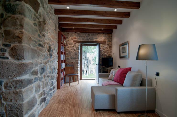 Vivienda en Vega de Selorio: Dormitorios de estilo rural de RUBIO · BILBAO ARQUITECTOS