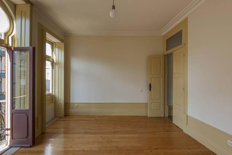 Espaço Interior - Sala de Visitas: Salas de estar  por Inês Pimentel Arquitectura