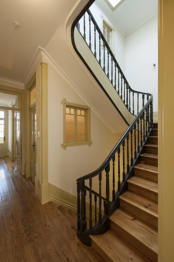 Escada Interior: Corredores e halls de entrada  por Inês Pimentel Arquitectura