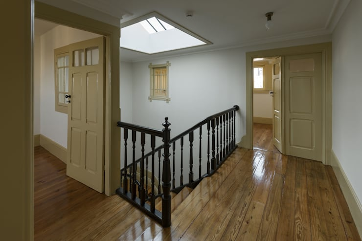 Escada Interior - Águas Furtadas: Corredores e halls de entrada  por Inês Pimentel Arquitectura