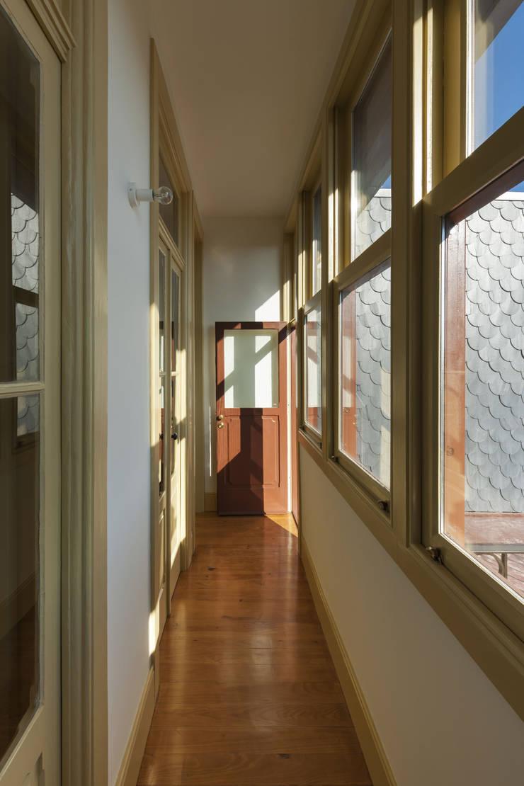 Varanda Encerrada na Fachada de Tardoz: Terraços  por Inês Pimentel Arquitectura