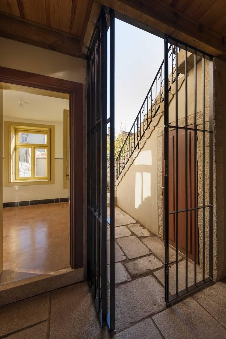 Passagem para o Logradouro: Casas  por Inês Pimentel Arquitectura