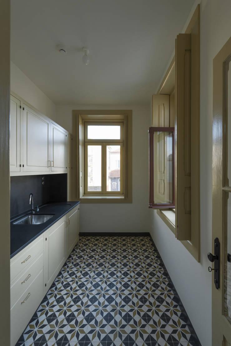 Cozinha: Cozinhas  por Inês Pimentel Arquitectura