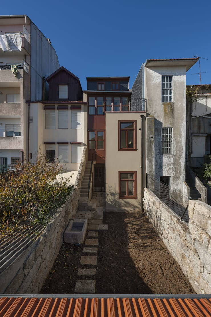 Fachada de Tardoz: Casas  por Inês Pimentel Arquitectura