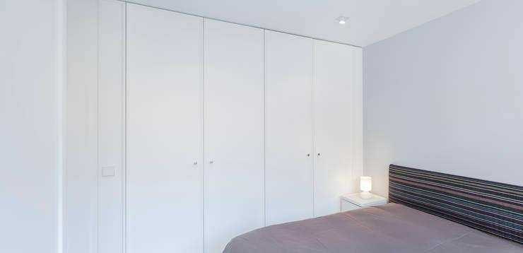 Camera da letto in stile in stile Minimalista di Esteban Rosell