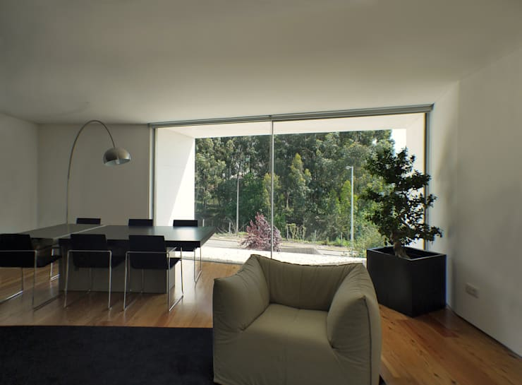 CASA CANIDELO: Salas de jantar minimalistas por João Laranja Queirós