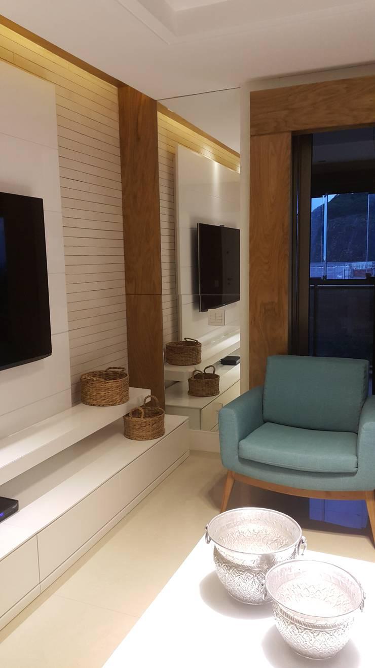 Detalhes home theater.: Salas de estar  por Lucio Nocito Arquitetura e Design de Interiores ,