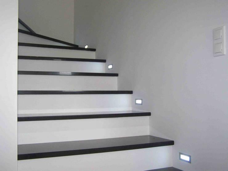 Granitowe stopnie wewnętrzne: styl , w kategorii Korytarz, hol i schody zaprojektowany przez Merkam  - Łódź ul. Św. Jerzego 9