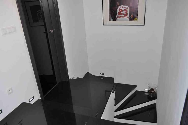 Schody z kamienia naturalnego  - granitowe schody  - czarny granit na stopnie: styl , w kategorii Korytarz, hol i schody zaprojektowany przez Merkam  - Łódź ul. Św. Jerzego 9