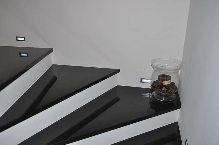 kamienne schody  wewnętrzne: styl , w kategorii Korytarz, hol i schody zaprojektowany przez Merkam  - Łódź ul. Św. Jerzego 9