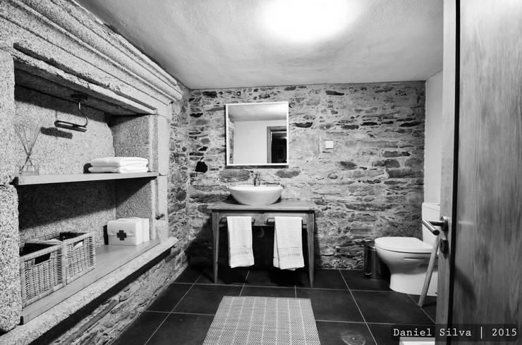 WC Rés/ chão: Casas de banho rústicas por Casa do Páteo