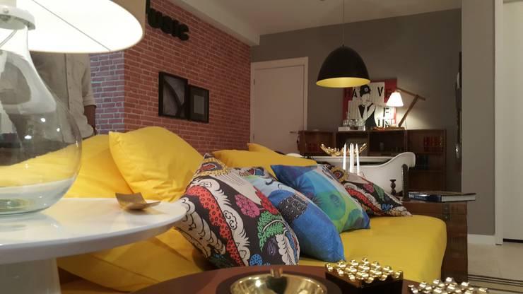 Living cheio de estilo marcado por cores vibrantes.: Salas de estar  por Lucio Nocito Arquitetura e Design de Interiores ,