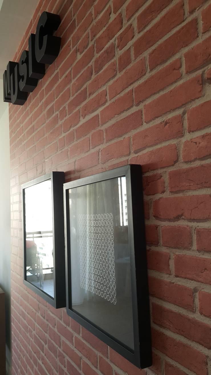 Detalhe do revestimento com aplicação de papel de parede.: Parede e pavimento  por Lucio Nocito Arquitetura e Design de Interiores ,