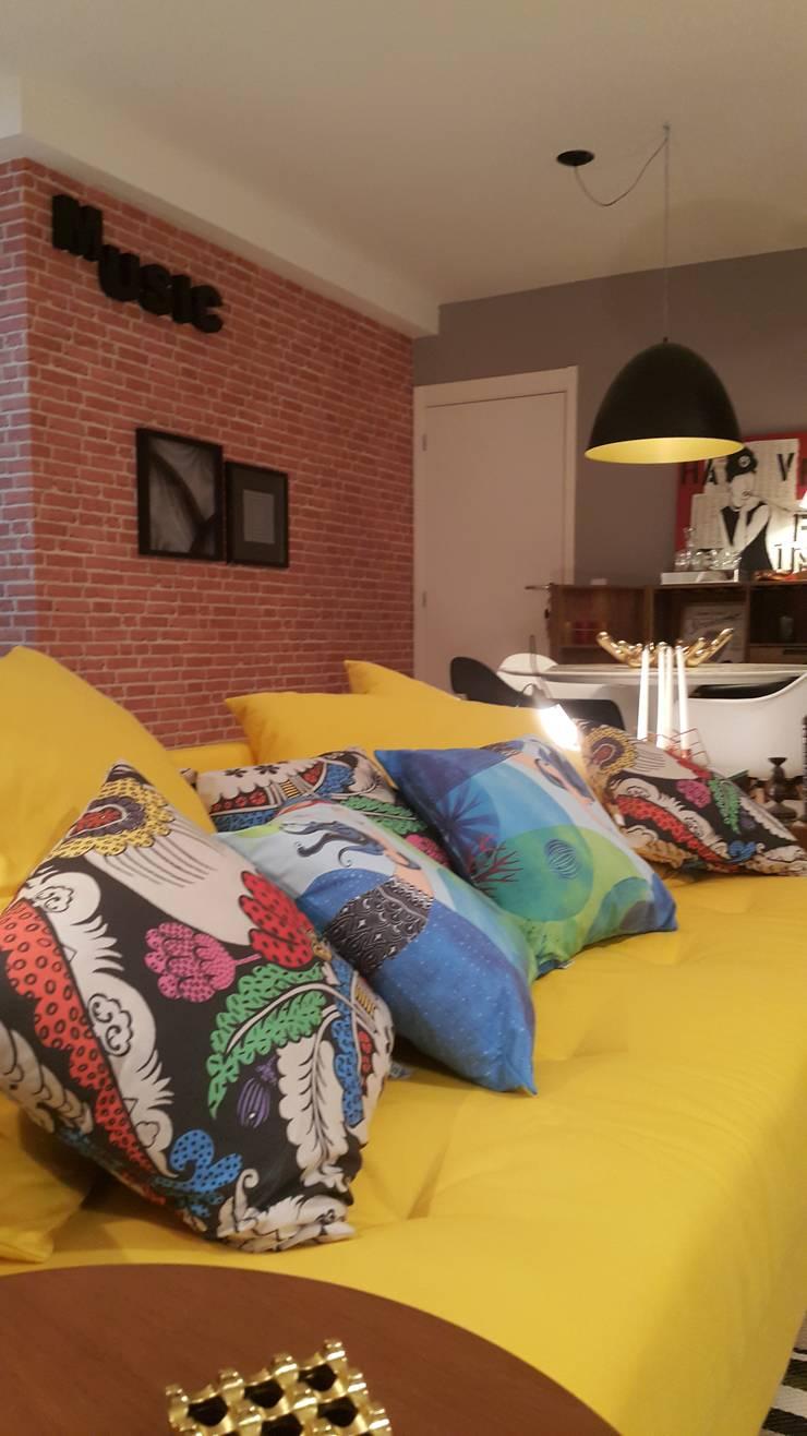Sala de estar cheia de estilo com a utilização do sofá na cor amarelo cítrico.: Sala de estar  por Lucio Nocito Arquitetura e Design de Interiores ,