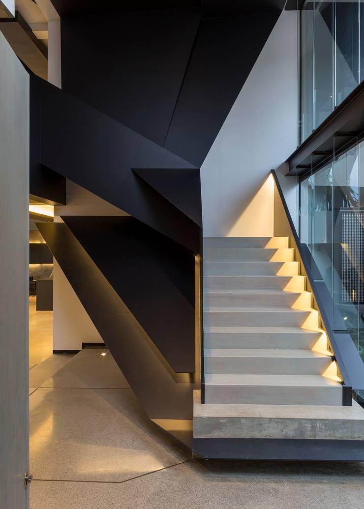 House in Kloof Road Moderner Flur, Diele & Treppenhaus von Nico Van Der Meulen Architects Modern