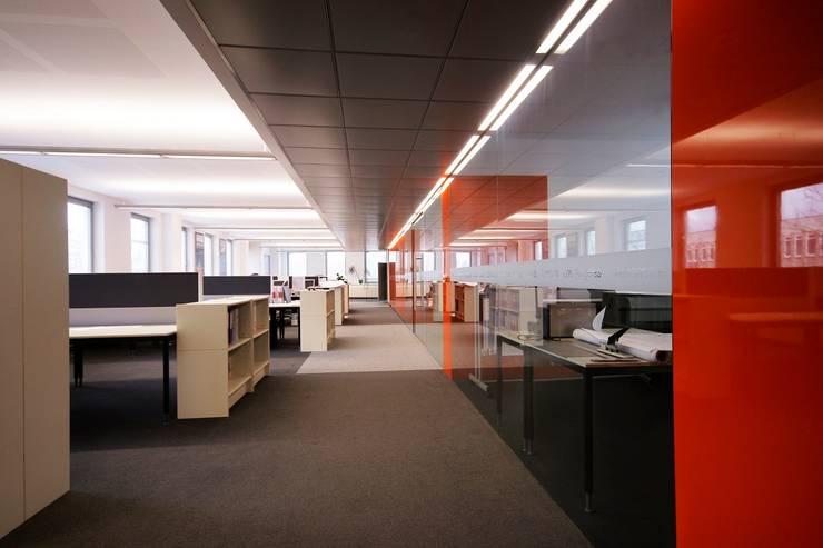 HAPPOLD: styl , w kategorii Przestrzenie biurowe i magazynowe zaprojektowany przez INSPACE