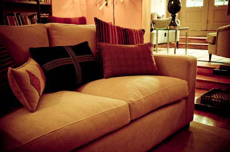 Sofás : Salas de estar  por Luisa Pinho Arte e Decoração