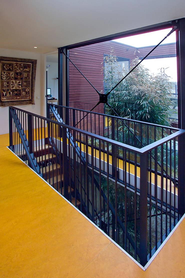 Pasillos y hall de entrada de estilo  por KENK architecten,