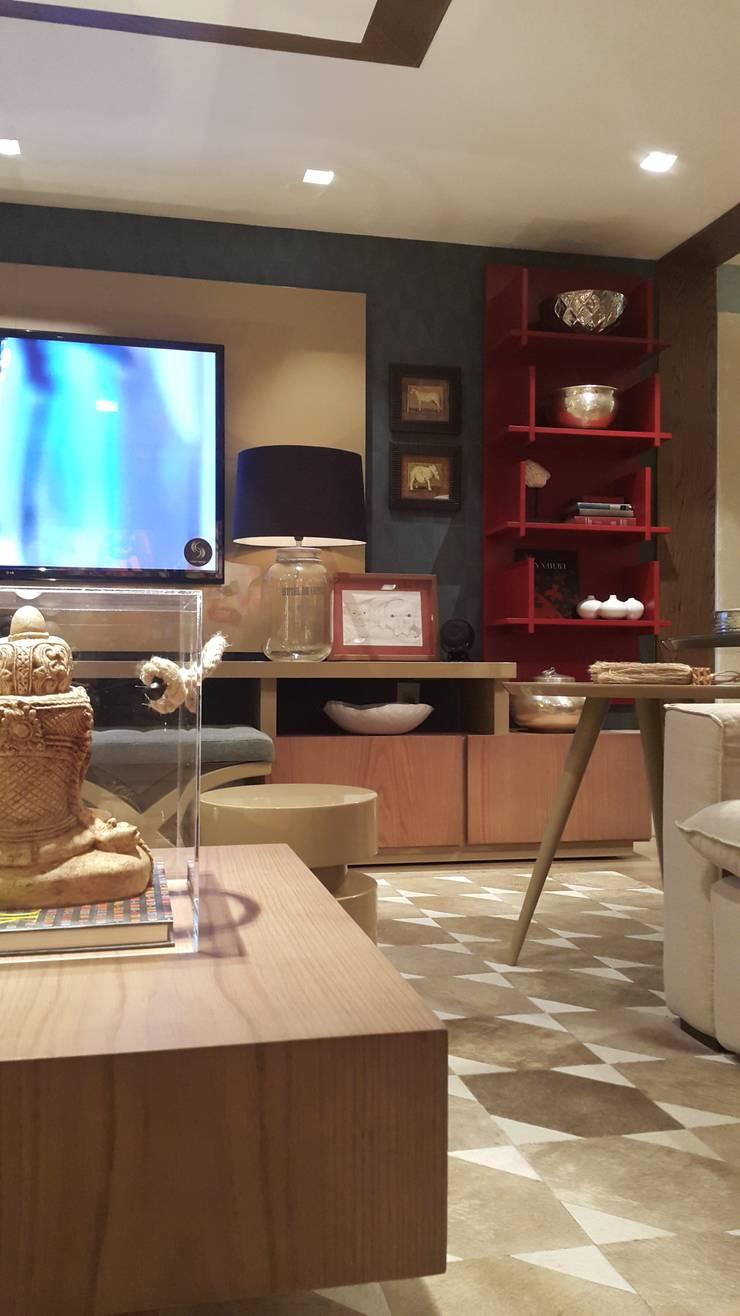 Detalhes do home theater.: Sala de estar  por Lucio Nocito Arquitetura e Design de Interiores ,