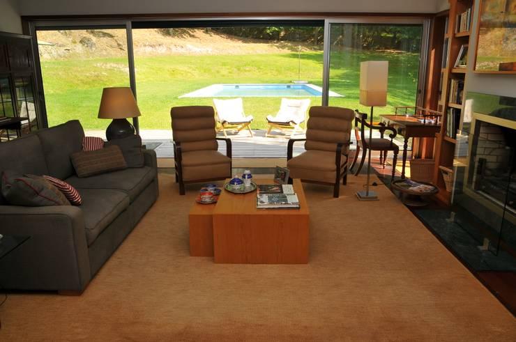 Casa Particular : Salas de estar  por Luisa Pinho Arte e Decoração