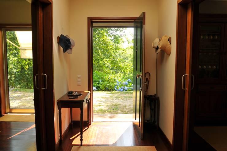Casa Particular : Corredores e halls de entrada  por Luisa Pinho Arte e Decoração