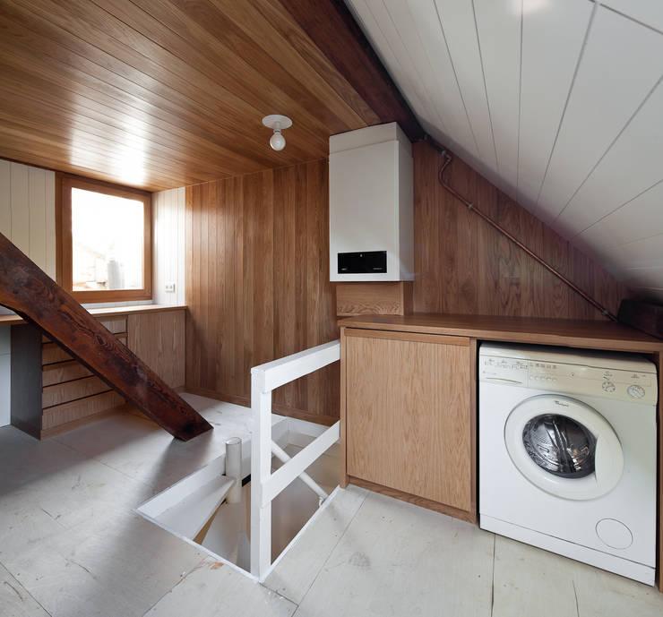 Casa Leiden : Garagens e arrecadações modernas por SAMF Arquitectos