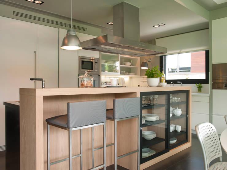 Isla con barra y cristalera: Cocinas de estilo moderno de DEULONDER arquitectura domestica
