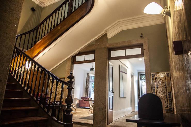 OPORTO LOFT - ART HOTEL | OPORTO | PORTUGAL: Corredores e halls de entrada  por Bastos & Cabral - Arquitectos, Lda. | 2B&C