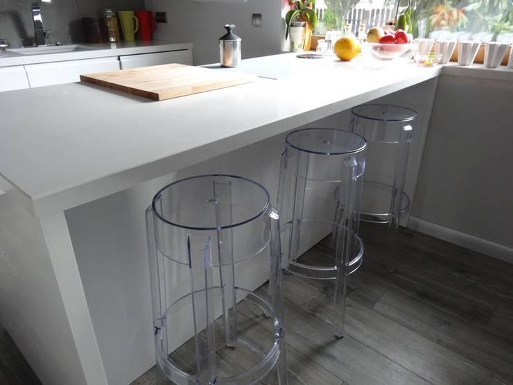 Białe blaty kuchenne Stone Italiano: styl , w kategorii  zaprojektowany przez Merkam  - Łódź ul. Św. Jerzego 9 ,Nowoczesny Kwarc