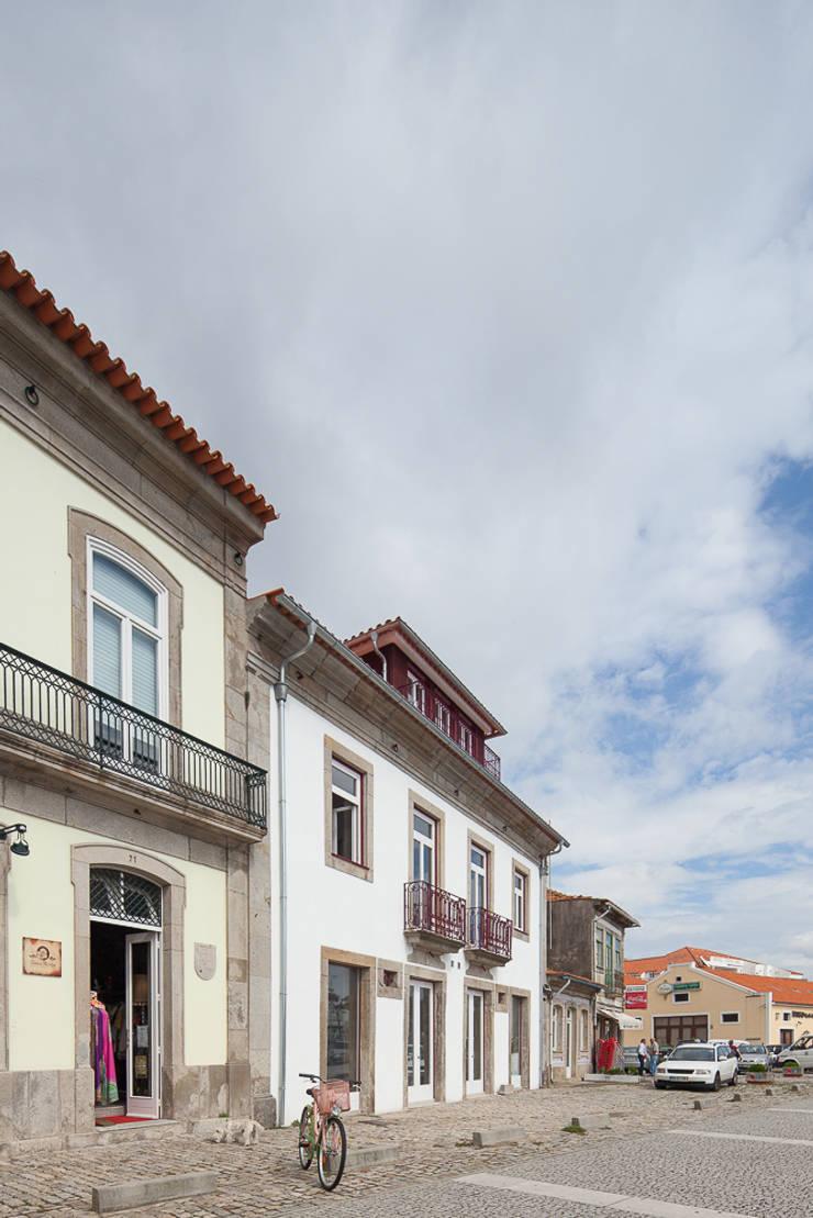 Reabilitação Casa junto ao Rio: Casas  por Marques Franco Arquitectos