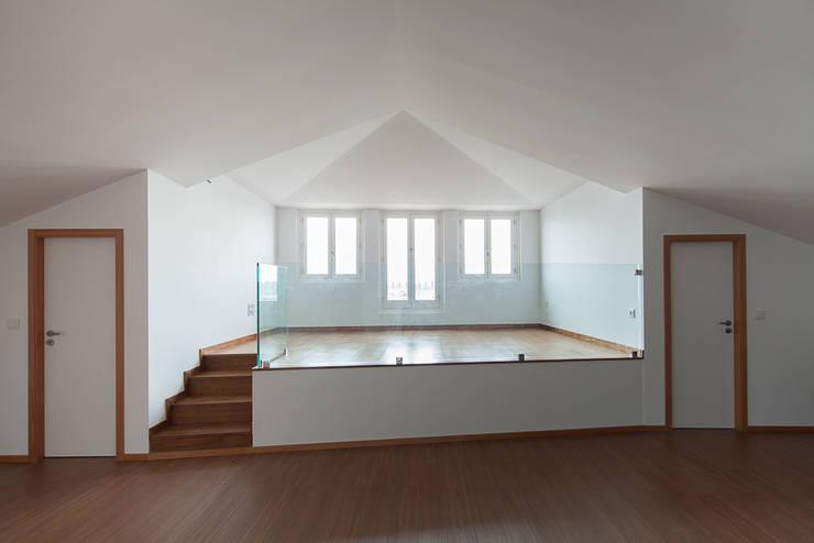 Reabilitação Casa junto ao Rio: Salas de estar minimalistas por Marques Franco Arquitectos