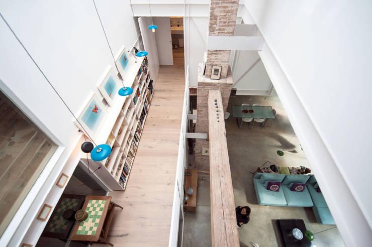 Pasillos y recibidores de estilo  por lluiscorbellajordi